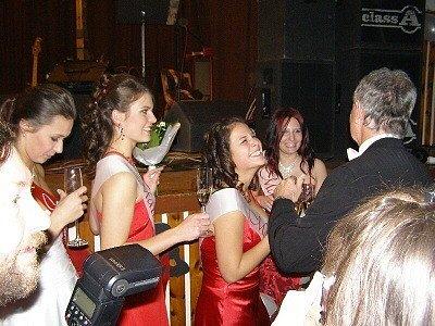 Studenti Gymnázia ve Stříbře zvládli ples, teď je ale čeká učení k maturitě.
