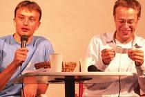 Moderátor Václav Moravec (vpravo) tentokrát otázky nepokládal. Zpovídali ho lidé na besedě v Konstantinových Lázních.
