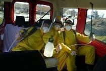 Členové SDH Stříbro při dezinfekci.