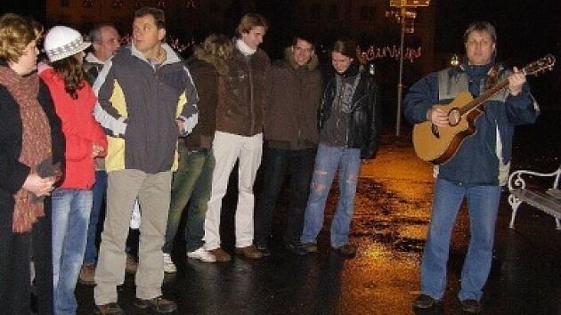 Na náměstí se opět po roce sešli příznivci kapely Wyjou, aby si zazpívali koledy.