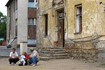 BUDOVA CHÁTRÁ, NA OPRAVU NEJSOU PENÍZE. Kanalizace protékající na dvůr, opadaná omítka, do objektu zatéká střechou. Uvniř tma a vlhko. Takový je stav bývalého kláštera v Boru.