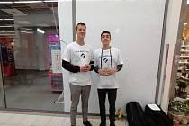 Bílé pastelky na podporu slabozrakých ve středu prodávali mimo jiné David Bořuta a Jan Lukášek.