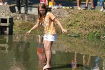 Soutěžilo se v přecházení klády přes rybník
