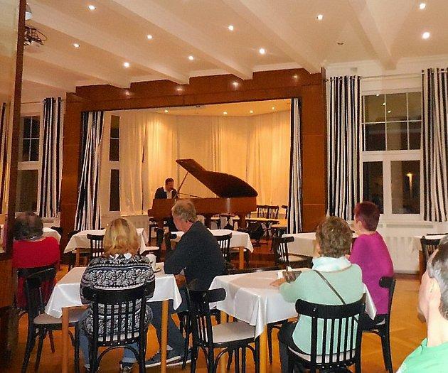 Lázeňský hotel Prusík v Konstantinových Lázních hostil nevidomého klavíristu Jana Jareše.