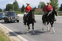 Také po silnici vedla část třicetikilometrové etapy Pony Expressu, kterou jeli Andrea Kohoutková (vlavo) a Jan Drábek z ranče na Kříženci.