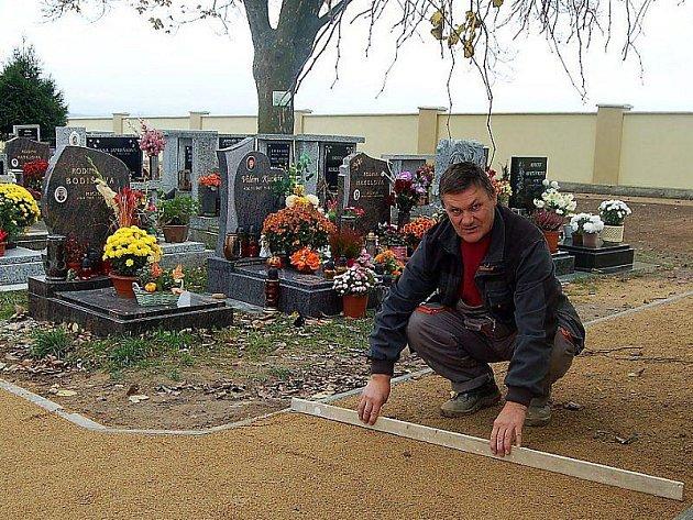 PRÁCE FINIŠUJÍ. Josef Józa ze stavební firmy právě upravuje povrch sypané cestičky na hřbitově v Kostelci. Obec jej chce slavnostně otevřít počátkem listopadu.