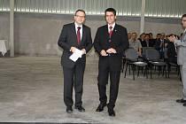 STAROSTA Boru Petr Myslivec (vpravo) a výkonný ředitel Autonea Martin Hirzel při otevření nového závodu.