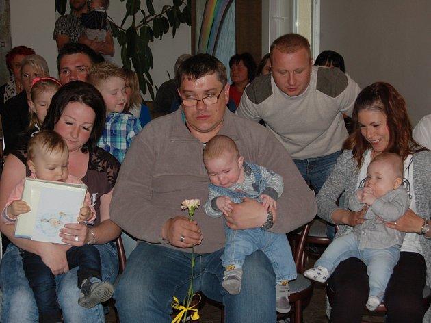 NA PRVNÍM LETOŠNÍM VÍTÁNÍ OBČÁNKŮ v Kladrubech se sešli všichni pozvaní hosté, a tak byla obřadní síň zaplněná téměř do posledního místa.