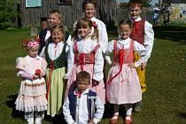 KONOPICKÁ 2008. Do staročeské Konopické se tradičně zapojují i místní děti. Jdou v průvodu a užívají si akce. Foto z roku 2008 při zastávce u mateřské školy.