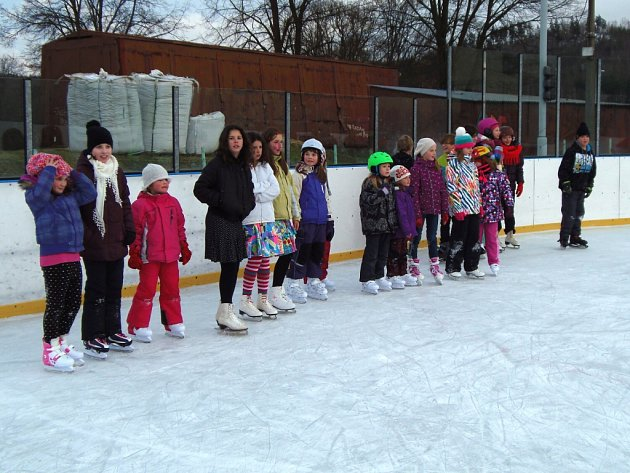 Prázdninový pátek si děti užily na ledě