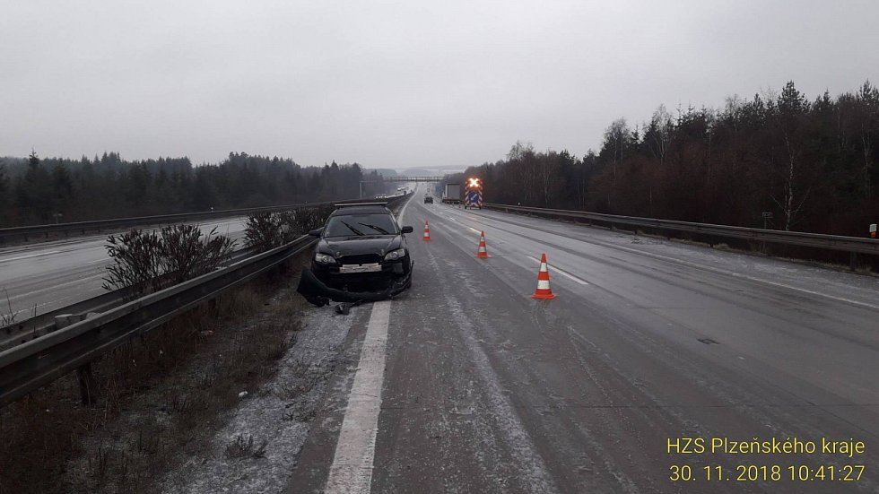U Nové Hospady na Tachovsku na D5 nabouralo vozidlo do svodidel.