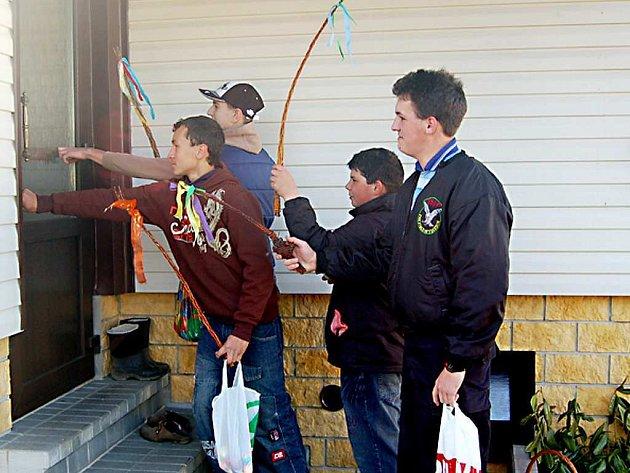 Také v Přimdě se koledníci vydali od domu k domu, aby si odnesli nějakou výslužku.