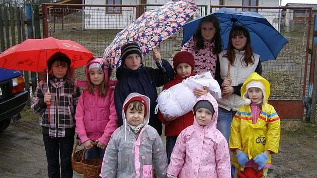 Devět dívek lákalo jaro do vsi