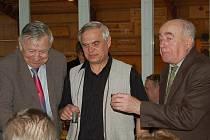 OSLAVY 15 LET Klubu přátel zlatého moku. Vpravo bývalý kancléř Josef Sýkora, uprostřed nový kancléř Jaroslav Hrabec a vlevo Karel Eisenreich, který současně slavil své osmdesátiny.