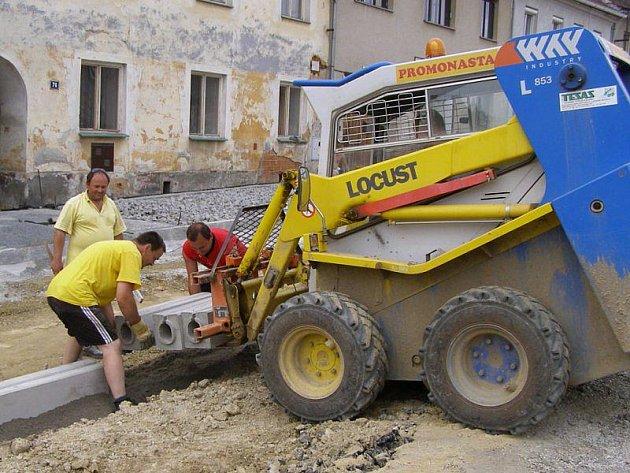 Dělníci udělali obrubníky a začali pokládat kostky.