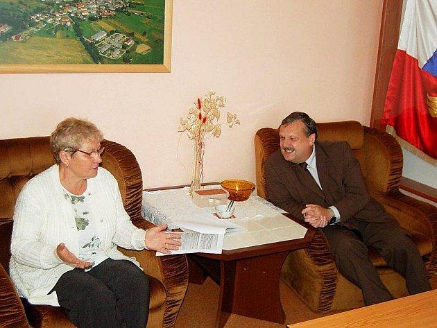 STAROSTKA Jarmila Žemličková při čtvrtečním setkání s Václavem Votavou ve Ctiboři.