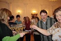 V obřadní síni tachovského zámku byli ve čtvrtek odpoledne oceněni dobrovolní dárci krve z Tachova a osad, noví nositelé bronzových, stříbrných a zlatých Janského plaket.