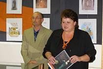 Hanu Štollovou (vpravo), která ve stříbrském kině vystavuje svoji sbírku flakonů od voňavek, představil pracovník MKSStříbro