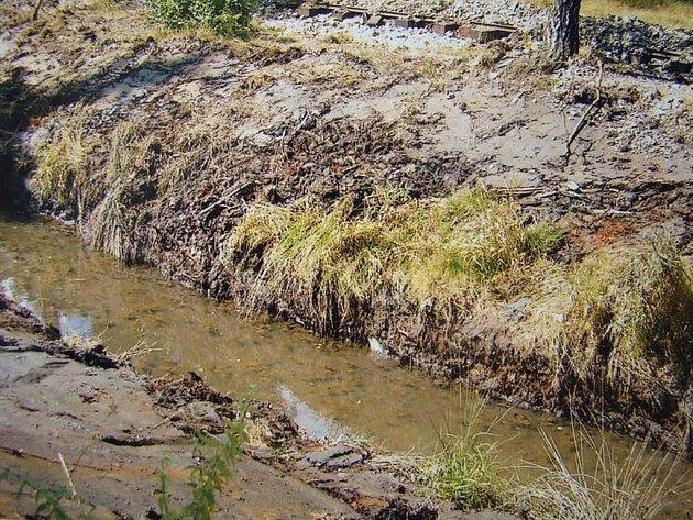Horníci se starají o kanál a důlní dráhu