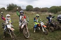 Poháry a ceny se v sobotu rozdávaly jen dětským účastníkům závodu. Zleva Jakub Krbec, Jan Dolanský, Denis Vajskebr a Tomáš Hrůša.