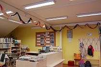 Pletená maxišála zdobí tachovskou knihovnu