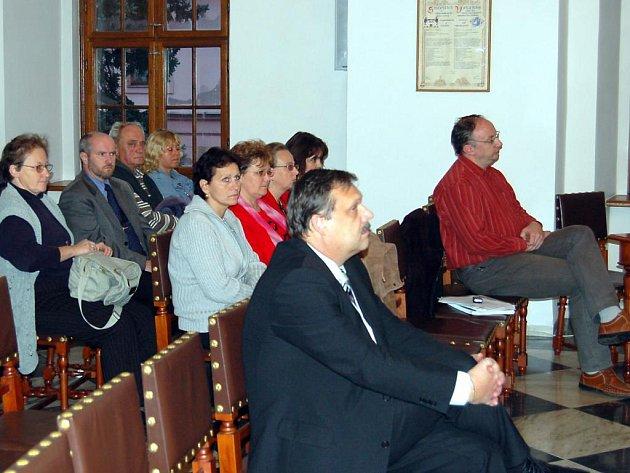 Stříbrští občané (na snímku) ve čtvrtek sledovali, jak jejich volení zástupci jednomyslně odhlasovali, že  se partnerem města při revitalizaci kasáren stane britská společnost