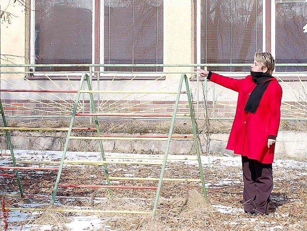 Starostka Částkova Kateřina Holetová ukazuje stávající dětské hřiště u bývalé mateřské školy, které projde v tomto roce rekonstrukcí.