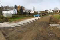 Nově budovaná zastávka v Kosově a současná zastávka s cestou.