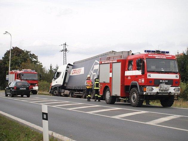 V Plané zapadl kamion. Vyproštění trvalo pět hodin.