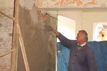 Zedník Pavel Flaška nahazuje stěny. V současné době se také v průchodu instalují elektrické kabely.