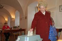 Marie Nováková ze Stříbra (na snímku) je jedna z těch, co  přišli hlasovat o větrnících. Referendum je ale neplatné. Zúčastnilo se ho méně lidí, než vyžaduje zákon