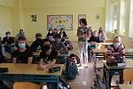 První den s rouškami při výuce prožila v pátek také třída G3 Gymnázia Stříbro.