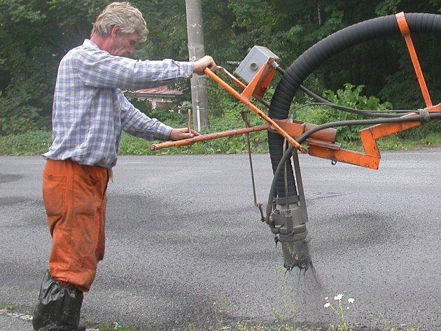 Pracovníci Správy a údržby silnic Stříbro pozvolna přecházejí na opravy komunikací třetích tříd.