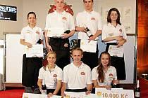 V soutěži točení a servírování piva získala Barbora Hebrová ze Stříbra (první řada vpravo) druhé místo.