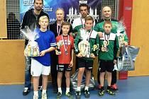 Úspěšní stříbrští nohejbalisté (v zelenobílých dresech) se svými trenéry.
