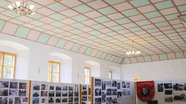 MEZI PROSTORY, které se budou v následujících týdnech na zámku ve Svojšíně opravovat, patří také velký zámecký sál.