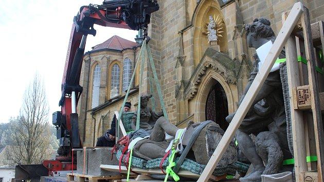 Stěhování soch z kladrubského kláštera