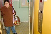 Eva Deverová (na snímku)  bydlí v jednom z tachovských věžáků, které byly postaveny začátkem sedmdesátých let. Jisté obavy z jízdy výtahem neskrývá, ale protože zdviž byla před dvěma lety rekonstruovaná,   používá ji každý den.