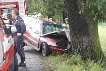 Řidič narazil v pondělí před polednem u Boru čelně do stromu. Nehoda si vyžádala čtyři zranění.