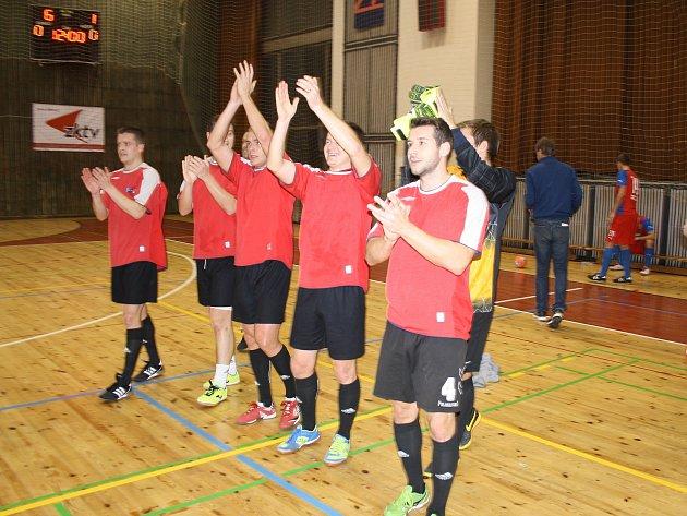 Vítězný tým Moravy děkuje hledišti za podporu.
