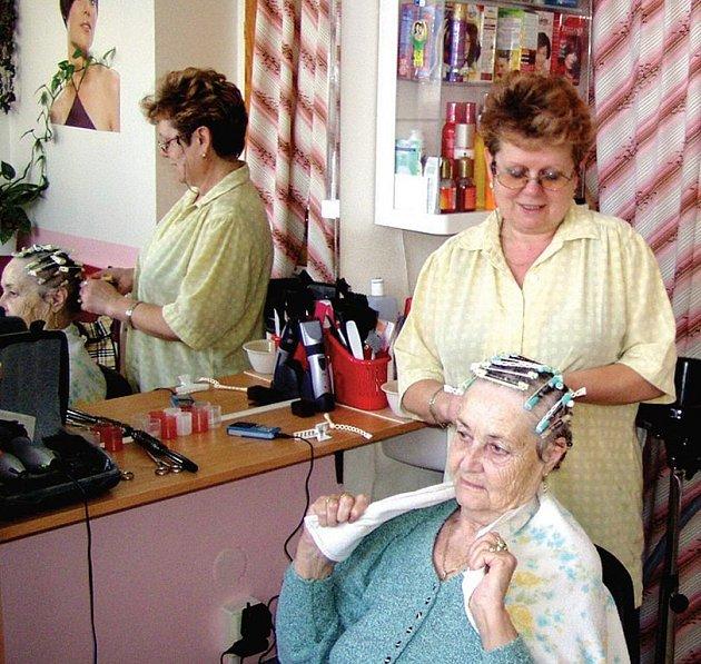 Kadeřnice Eva Krumlová má většinou starší klientelu