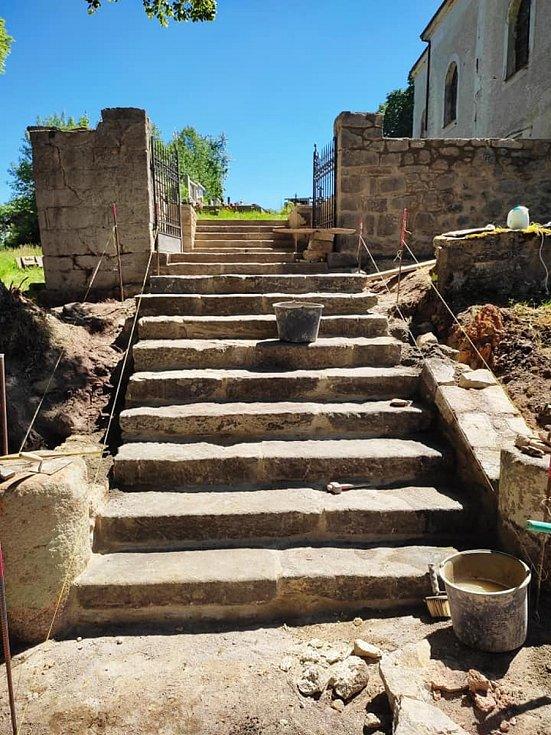 Schodiště a opěrná zídka na hřbitově ve Svaté Kateřině byly opraveny.