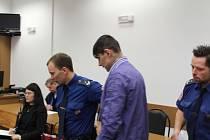 Pachatele loupeže přivedla do jednací síně z vazební věznice eskorta.