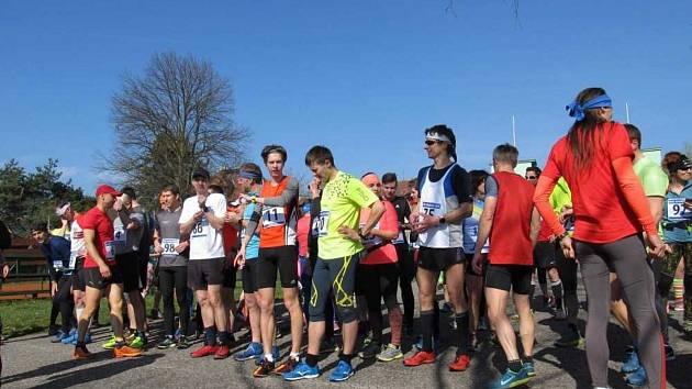 Letos se v plánovaném březnovém termínu běžci na start populárního Běhu přes Pepíkovo lávku ve Stříbře nepostaví. Foto pochází z loňského rončíku.