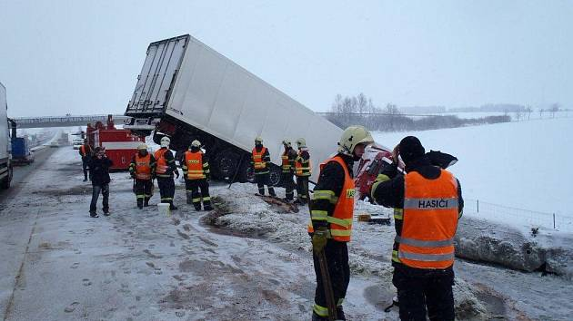 Nehoda kamionu na dálnici D5
