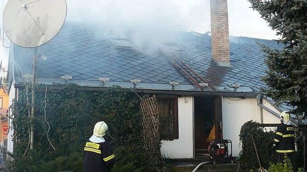S požárem rodinného domu bojovali hasiči ve čtvrtek ráno ve Svaté Kateřině.