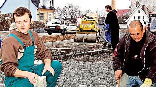 kdokoliv na Tachovsku pracuje, je trestaný každý měsíc za to, že se nachází v příhraničí. Mzdy jsou tady jedny z nejnižších v Plzeňském kraji. Solidní platy jsou pouze ve státní správě, v kovovýrobě, nebo ve stavebnictví.