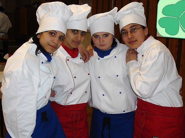 Žákyně SOU Planá oboru kuchařské práce.