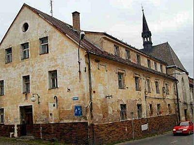 Budova bývalého kláštera v Boru je stále obývaná. Její stav a vzhled i přes veškeré urgence městského zastupitelstva majitele  objektu dosud nijak nevzrušuje.