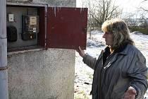NA HODINY měřící odběr elektrické energie se Olga Kosmáková ze Kšic může jen dívat. Od elektřiny je její nemovitost už dva měsíce odpojená.